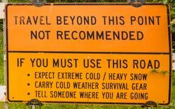 Ein Warnzeichen für den Treiber, der versucht, die Straße zum Adler zu überqueren Stockfotografie