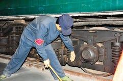 Ein Wartungsarbeiter repariert den Zug stockbild