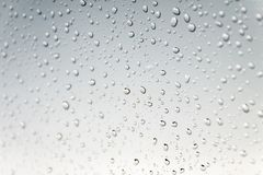 ein Wasser fällt auf grauen Hintergrund Makro stockbild