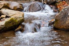 Ein Wasserfall auf einem Gebirgsfluss Lizenzfreies Stockfoto