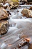 Ein Wasserfall auf einem Gebirgsfluss Lizenzfreies Stockbild