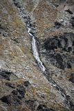 Ein Wasserfall an der Spitze des Remarkables nahe Queenstown in Neuseeland stockbild