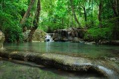 Ein Wasserfall in einem tiefen Wald in Nationalpark Erawan lizenzfreie stockfotografie