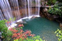 Ein Wasserfall im chinesischen Wald lizenzfreies stockfoto