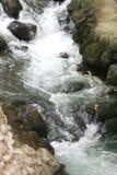 Ein Wasserfall ist in den Bergen stockfotografie