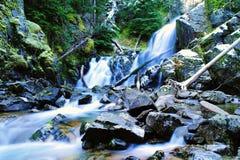 Ein Wasserfall nach dem ersten Schnee stockfoto