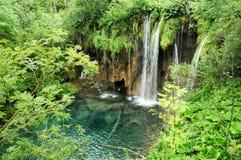 Ein Wasserfall in Plitwicke Jezera in Kroatien Lizenzfreie Stockfotos