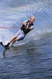 Ein Wasserskifahren des jungen Mannes Stockfotos
