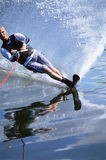 Ein Wasserskifahren des jungen Mannes Lizenzfreies Stockbild