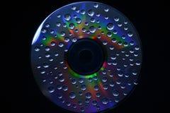 Ein Wassertropfen auf einer CD Stockbilder