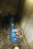Ein Wasserventil in einen Grundfall Stockbilder