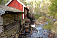 Ein watermill im schwedischen Wald Stockbilder