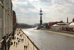 Ein Weg über Moskau entlang dem Moskau-Fluss stockbild