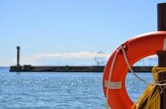 Ein Weg auf glänzendem Saloniki-` s Hafen Stockbild