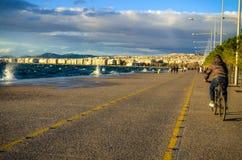 Ein Weg auf glänzender Saloniki-` s neuer Küste Lizenzfreies Stockbild