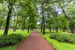 Ein Weg des Granits zerkrümelt im Stadtpark lizenzfreies stockfoto