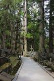 Ein Weg durch den alten buddhistischen Kirchhof Okunoin in Koyasan, Stockfotos