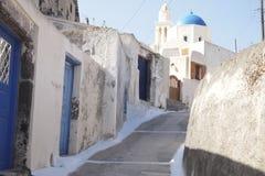 Ein Weg an einer Verbündetweise in der Insel von Santorini Griechenland stockbild