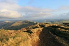 Ein Weg entlang dem Ridge des Hügels Stockfotos