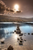 Ein Weg von Felsen in einem salzigen See Stockfoto