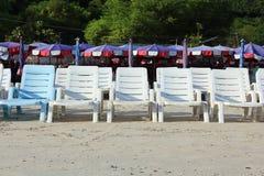 Ein Weiß-Stühle am Strand. Lizenzfreies Stockbild