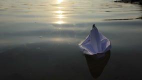 Ein Weißbuchboot schwimmt in einem Seewasser bei Sonnenuntergang in SlomO stock video footage