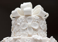 Ein weißer Hochzeitskuchen lizenzfreie stockfotos