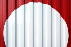 Ein weißer Kreis innerhalb eines roten Hintergrundes stockfoto