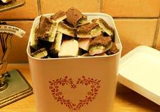 Ein weißer metallischer Kasten gefüllt mit selbst gemachten Süßigkeiten stockbilder
