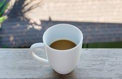 Ein weißer Schalenkaffee auf Holz Lizenzfreies Stockbild
