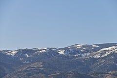 Ein weißer Schnee, der Himmel und der Berg Stockfotografie