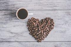 Ein weißer Tasse Kaffee auf einem grauen Holztisch vektor abbildung