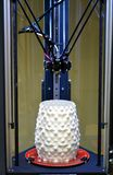 Ein weißer Vase steht innerhalb eines Druckers 3d Stockfotografie