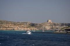 Ein weißes Boot auf dem Ozean stockbilder