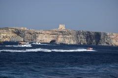 Ein weißes Boot auf dem Ozean stockfoto