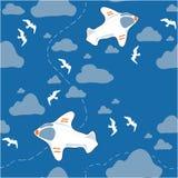 Ein weißes Flugzeug im Himmel Stockfotos