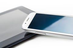 Ein weißes Geschäft Smartphone mit der Reflexion, die auf einem Tablet #2 sich lehnt Lizenzfreie Stockbilder