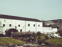 Ein weißes Haus mit Mühle Stockfotos