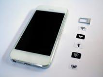 Ein weißes intelligentes Telefon, ein SIM-Karten-Behälter und ein kleines Papier wie simuliert Lizenzfreie Stockfotos