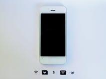 Ein weißes intelligentes Telefon, ein SIM-Karten-Behälter und ein kleines Papier wie simuliert Stockfotografie