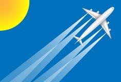 Ein weißes Jet-Flugzeug, das zu einem Urlaubsziel auf einem Hintergrund des blauen Himmels im Sonnenglanz fliegt Stockbild