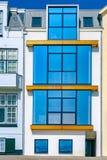Ein wei?es Seebadhaus mit gro?en Glasfenstern Sch?ne junge Frau an einem Pool reisen Vlissingen Die Niederlande Nordmeer stockbilder