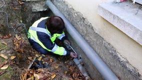 Ein weiblicher Klempner stellt messende Wasserleitungen für Ersatz her stock video