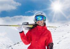 Ein weiblicher Skifahrer auf dem Piste Stockfotografie