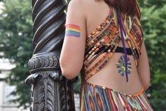Ein weiblicher Zuschauer mit der homosexuellen Regenbogenflagge gemalt auf ihrem Arm beim homosexuellen Pride Parade 2018 in Ital Stockfotografie
