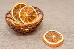 Ein Weidenkorb mit getrockneten Orangen Lizenzfreie Stockbilder
