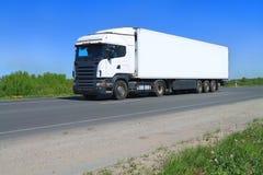 Ein weißer großer Sattelzug-LKW mit Sattelschlepper Stockbilder