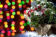 Ein Weihnachtsbaum mit Spielwaren mit Girlanden von bokeh Stockbild