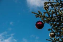 Ein Weihnachtsbaum und glänzenden Christbaumkugeln lizenzfreies stockfoto
