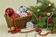 Ein Weihnachtsbaum verziert in einer rustikalen Art, in den Beeren und in den Spielwaren Lizenzfreie Stockbilder
